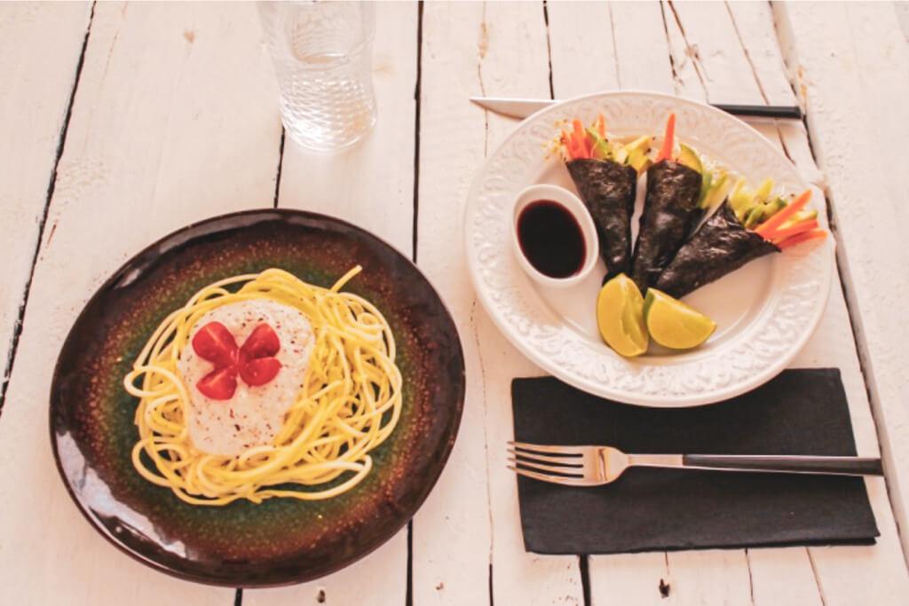 Temakis de germinados, aguacate, zanahoria y pepino y pasta crudivegana de calabacín con salsa Alfredo. De Nutrición Esencial